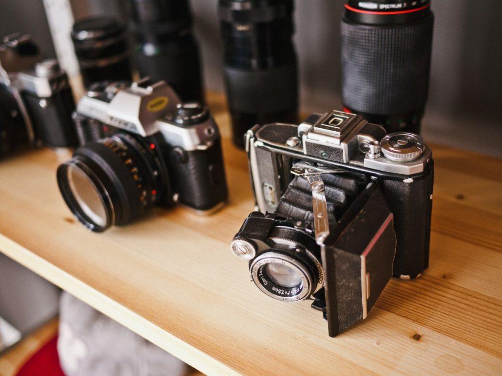 appareils photos sur un étagère